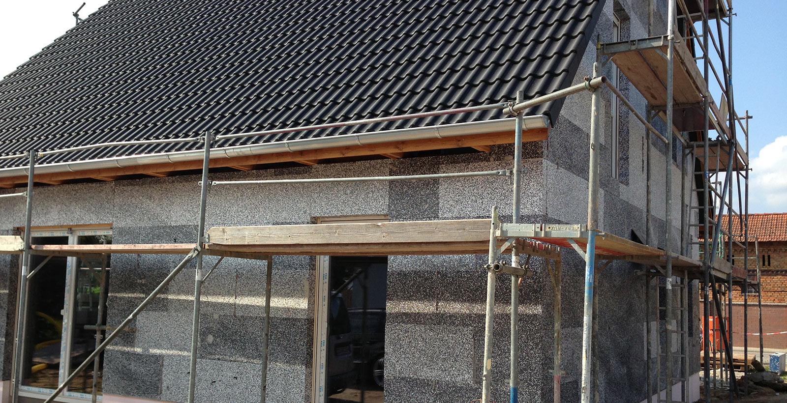 Referenzfoto von Gerüstbau zur Installation von Wärmedämmung an einem Haus